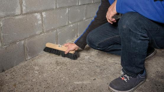 1. Untergrund vorbereiten; Material aufrühren